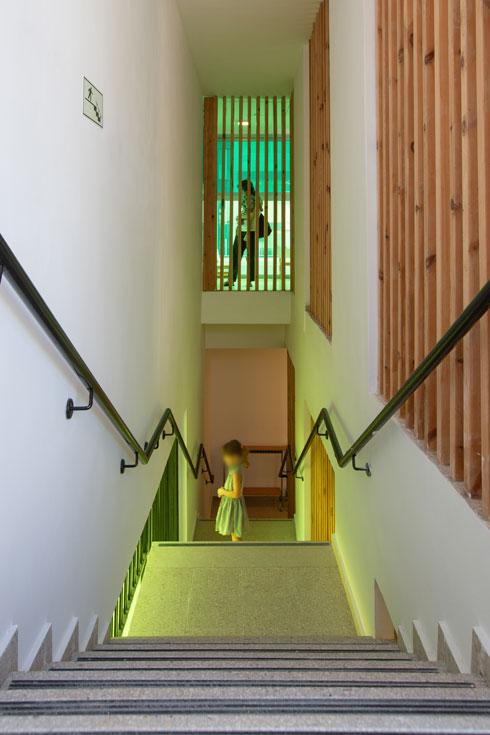 הזגוגית הצבועה שוטפת את חדר המדרגות באור צהוב (צילום: דור נבו)