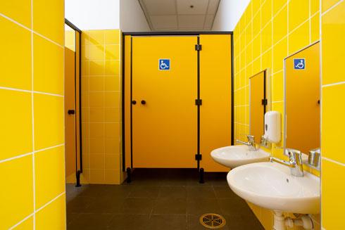 לשירותים נבחרו צבעים עזים יותר: צהוב או ירוק (צילום: דור נבו)