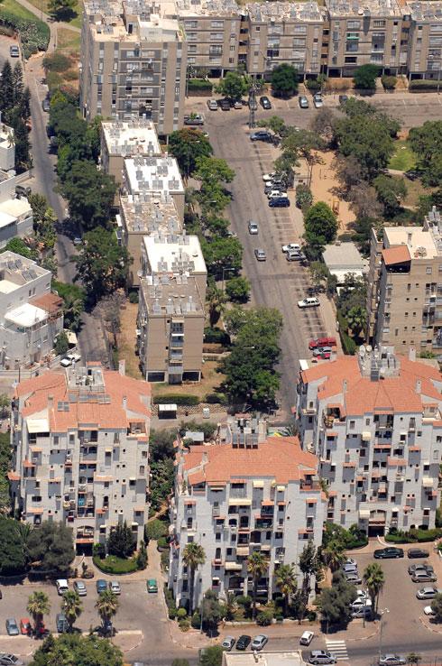 """מבט על השכונה בתחילת הדרך. למעלה אפשר לראות את הקופסאות הוותיקות, שפואבלו אספניול הציעה להימלט מהן (צילום: משה מילנר, לע""""מ)"""