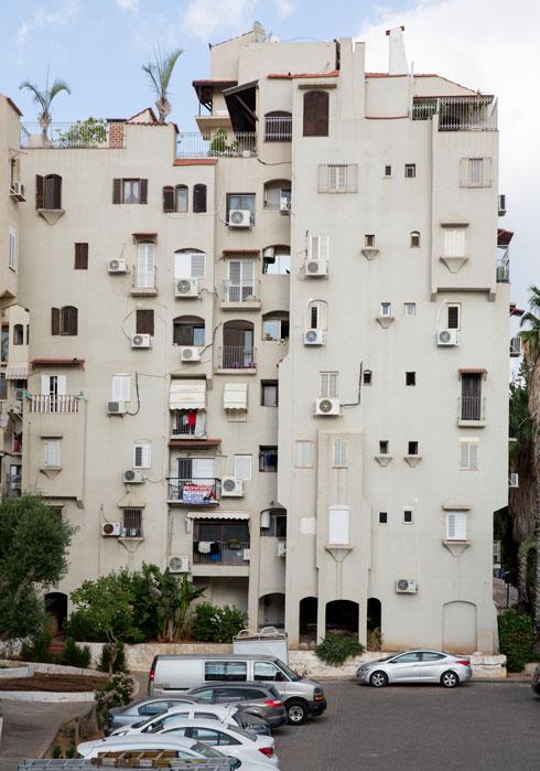 המזגנים שתלויים על הבניין לא היו שם בתוכנית המקורית (צילום: דור נבו)