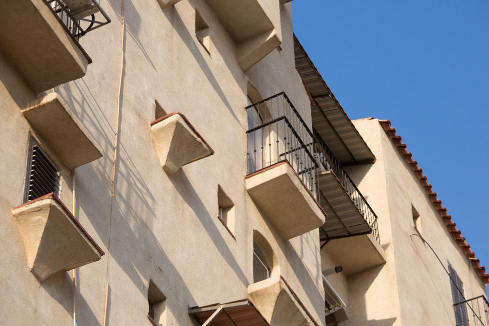 האדריכלים נורברטו קאהן ואריה שילה העניקו לחזיתות אופי פלסטי כאילו-אקראי, שכביכול התפתח במשך מאות שנים ולא נולד יש מאין בחולות ראשל''צ (צילום: דור נבו)