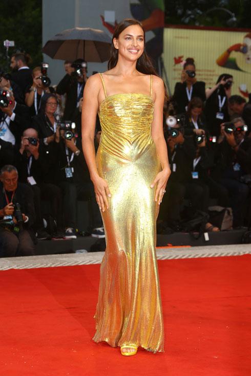 מחליפה את פסלון האוסקר: אירינה שייק בשמלה של ורסאצ'ה (צילום: AP)