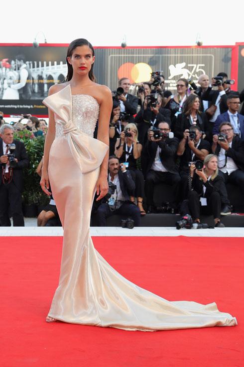 ההימור השתלם. שרה סמפיו ושמלת הפפיון של ארמאני פריווה (צילום: Vittorio Zunino Celotto/GettyimagesIL)