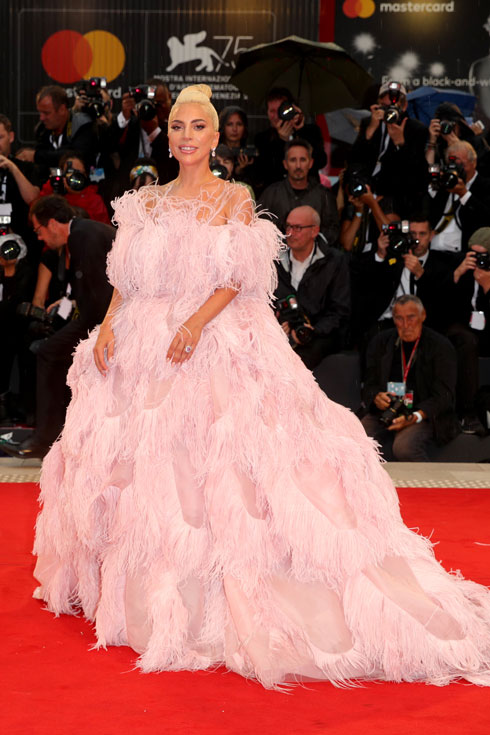 ברבור לבן. ליידי גאגא בשמלה של ולנטינו (צילום: Andreas Rentz/GettyimagesIL)