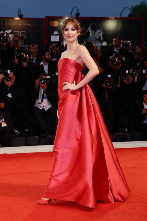 מחזירה את הוליווד הקלאסית לשטיח האדום. דקוטה ג'ונסון בשמלה של דיור (צילום: Vittorio Zunino Celotto/GettyimagesIL)