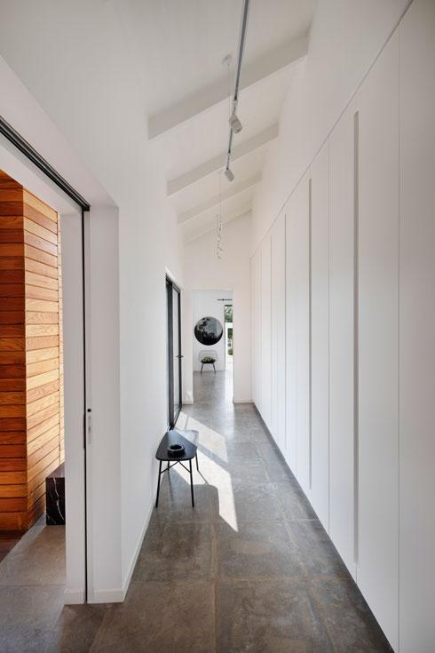 מסדרון שלאורכו ארונות קיר מחבר בין חדרי השינה (צילום: אסף פינצ'וק)