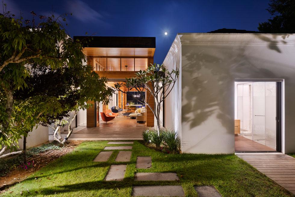 הדק ברצפת חדר הרחצה ממשיך החוצה, עד לג'קוזי בגינה. לרוב חדרי הבית יש כניסה גם מתוכו וגם מבחוץ (צילום: אסף פינצ'וק)