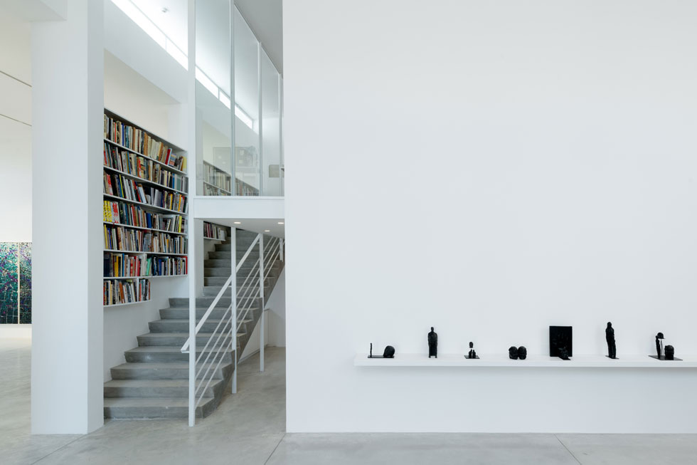 בין שני האולמות גרם מדרגות המטפס למשרדו של אמון יריב, הבעלים (צילום: גדעון לוין)