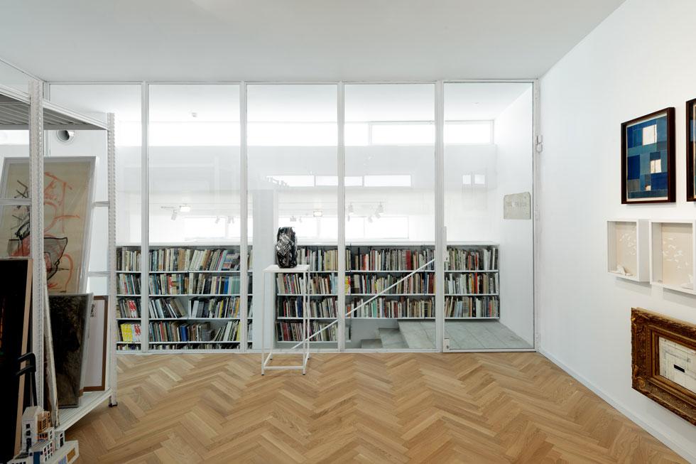 למעלה ולמטה מאופסן אוסף העבודות של אמני הגלריה, ביניהם מיכל נאמן, יאיר גרבוז ולארי אברמסון (צילום: גדעון לוין)