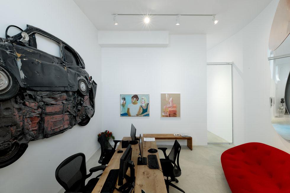 בפינה המעוגלת של החזית תוכנן מבפנים משרד נוסף, ועל הקיר נתלתה פיאט 500 מעוכה - עבודה של רון ארד, שהוצגה גם במוזיאון העיצוב שתכנן בחולון (צילום: גדעון לוין)