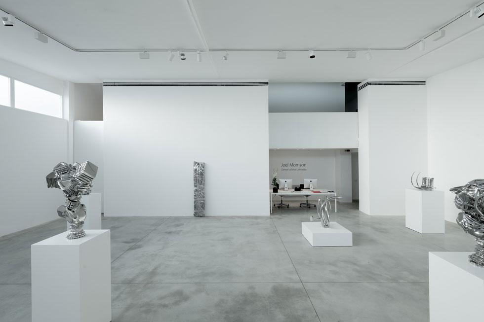 האולם המרכזי של גלריה אלון שגב נחנך עם תערוכה של הפסל האמריקאי ג'ואל מוריסון, שזו לו התערוכה השנייה בגלריה (צילום: גדעון לוין)