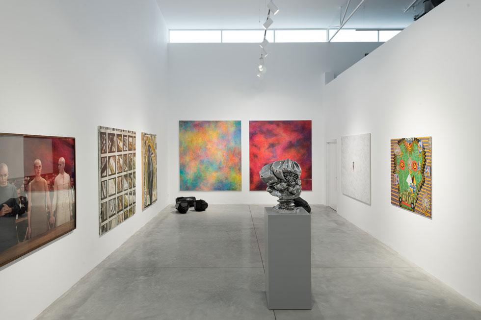באולם האחורי מוצגות עבודות מאוסף הגלריה, ביניהן יצירות של סיגלית לנדאו, אריק לוי וגדעון רובין. לצד האולם גרם המדרגות המוביל למעלה, למרחב עבודה ופגישות (צילום: גדעון לוין)