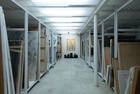 מחסן העבודות של הגלריה, למטה. מיטב אמני ישראל (צילום: גדעון לוין)