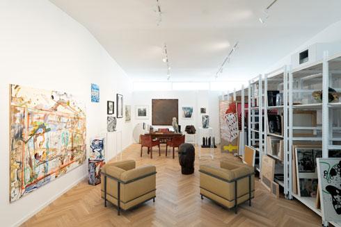 משרדו של יריב, עם כורסאות בעיצוב לה קורבוזיה, למעלה (צילום: גדעון לוין)