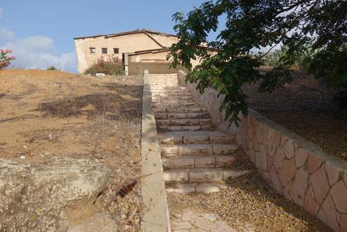 במדרגות אבן עולים לרחבת הכניסה (צילום: מיכאל יעקובסון)