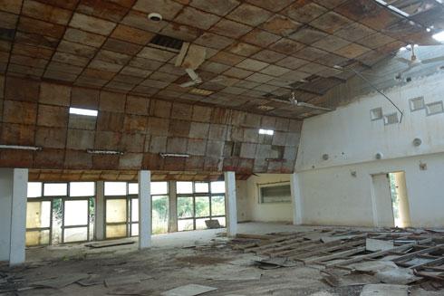 בית העם התרוקן מתכולתו, ספרים פזורים בחזיתו, האולם ריק ותקרתו התמוטטה בחלקה (צילום: מיכאל יעקובסון)