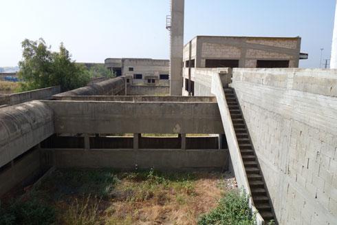 מעברים, שחלקם חפורים, נועדו למנוע מהעובדים להיחשף לשמש הקופחת (צילום: מיכאל יעקובסון)