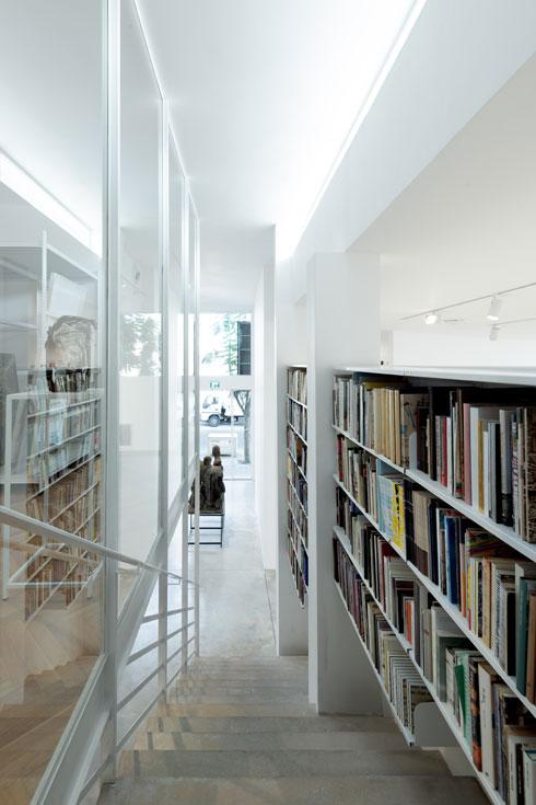 ספרייה נוספת מלווה את גרם המדרגות המוביל לקומה העליונה (צילום: גדעון לוין)