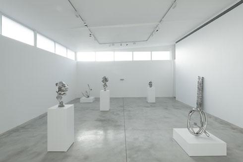 הפסלים של ג'ואל מוריסון באולם התצוגה המרכזי של אלון שגב (צילום: גדעון לוין)