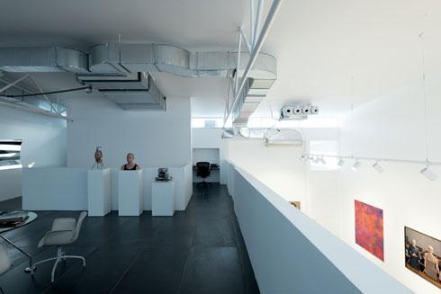 עבודות של אמני הגלריה במרחב שלישי, המיועד למוזמנים בלבד (צילום: גדעון לוין)