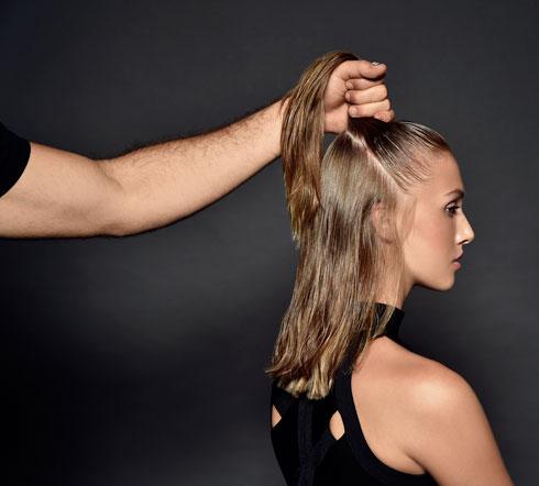 שלב 2: אוספים את השיער לחצי קוקו גבוה (צילום: איתן טל)