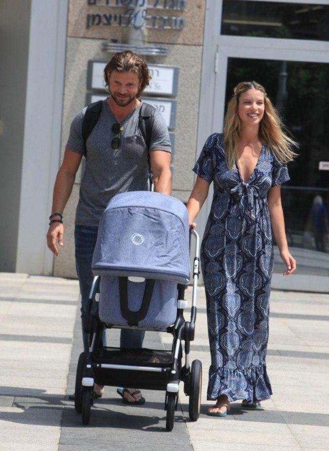 מתלבש עליכם בול ססטוס הורים. לירן כוהנר וגיא גיאור חוזרים הביתה עם התינוקת (צילום: מוטי לבטון)
