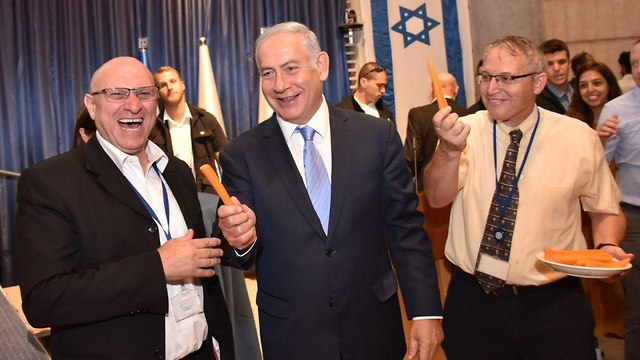 Foreign Ministry employees present Netanyahu with carrots