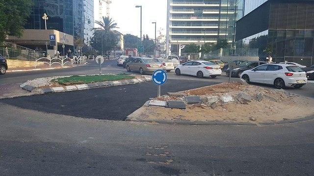 כביש בתוך כיכר (צילום: איתי בלומנטל)