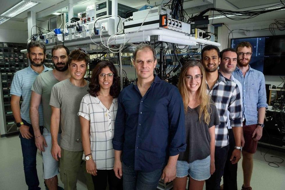 פרופ' ברק דיין (במרכז) וחברי המעבדה שלו (מימין לשמאל): ד