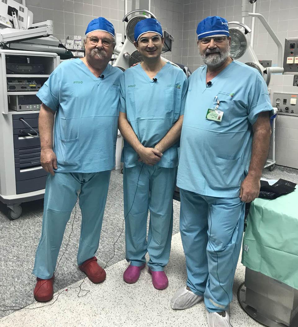 """Профессор Мунджед аль-Мудерис, доктор Хагай Амир и доткор Стивен Велкес в операционной больницы """"Бейлинсон"""""""
