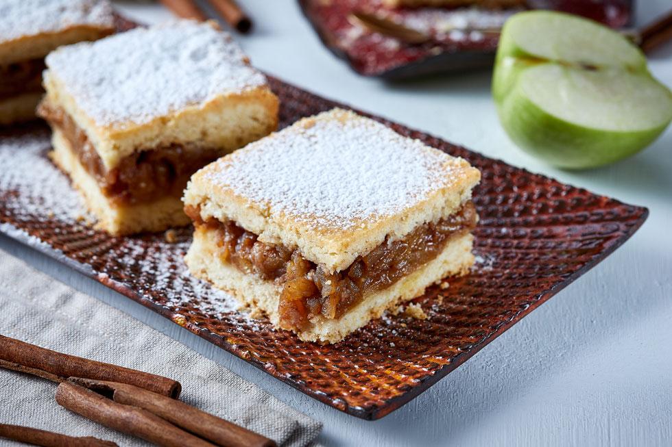 שתי שכבות של בצק פריך ונימוח. עוגת תפוחים מטרנסילבניה (צילום: אפיק גבאי, כלים: נעם רוזנברג)