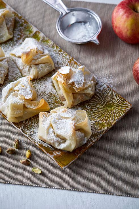 שקיקי פילו במילוי תפוחים, שוקולד לבן, פיסטוקים ומי ורדים (צילום: אפיק גבאי, כלים: נעם רוזנברג)