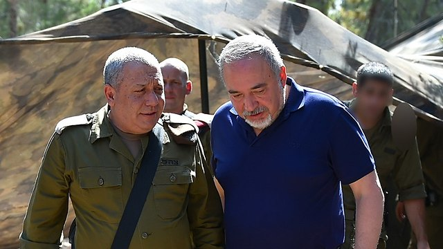 Lieberman et le chef de cabinet (Photo: Ariel Harmoni)