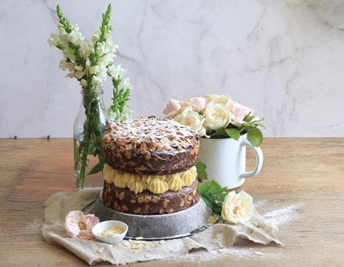 עוגת שכבות דבש־שקדים עם קרם חמאה־דבש  (מתכון, צילום וסגנון: מילי אליהו)