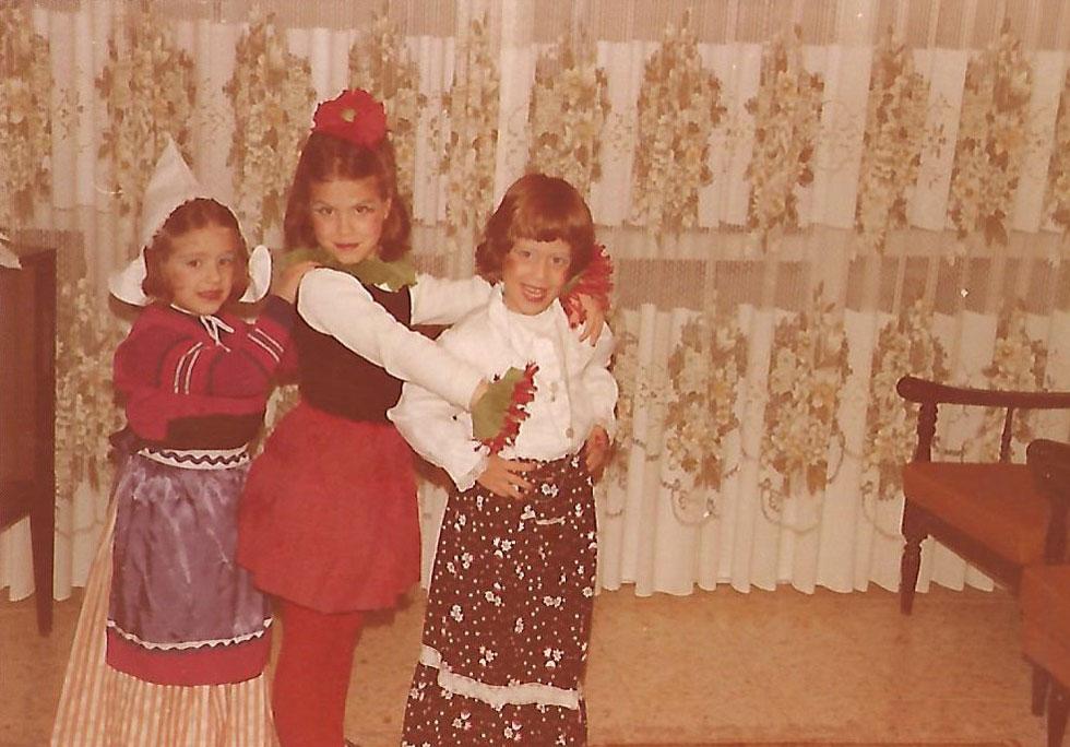 """תמונת ילדות: האחות הבכורה סיגל והתאומות כרמית וחגית. """"כרמית ואני גדלנו צמודות, והיה בינינו קשר מיוחד"""" (צילום: אלבום פרטי)"""