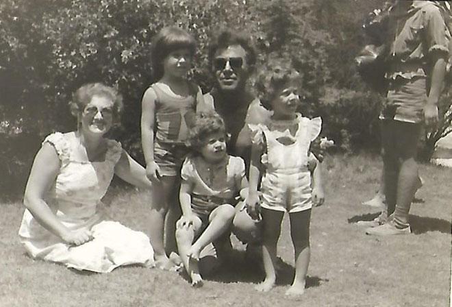 """תמונת ילדות עם ההורים והאחיות. """"המנהגים מרומניה היו חלק בלתי נפרד מהבית"""" (צילום: אלבום פרטי)"""