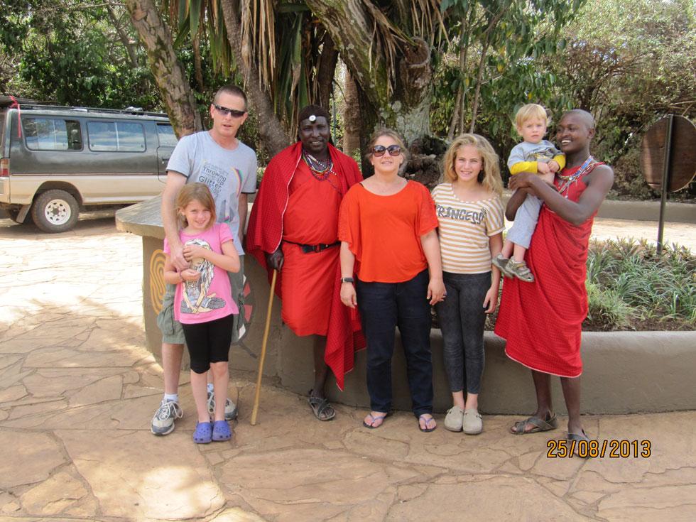 """עם הבעל והילדים באפריקה. """"החלטנו לשנות את מציאות חיינו"""" (צילום: אלבום פרטי)"""