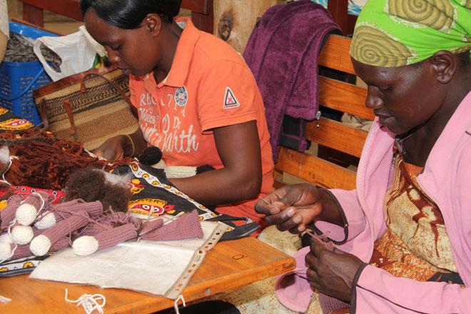 """אמניות אפריקאיות שהיא הכירה. """"התרשמתי מאוד ממעשה ידיהן"""" (צילום: אלבום פרטי)"""