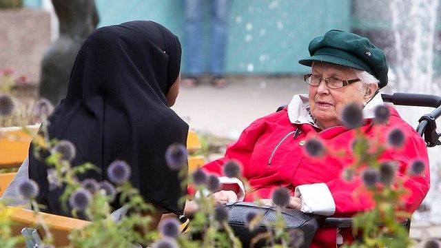 מבקשות מקלט מוסלמיות בעיירה פלן ב שבדיה לקראת הבחירות (צילום: AP)