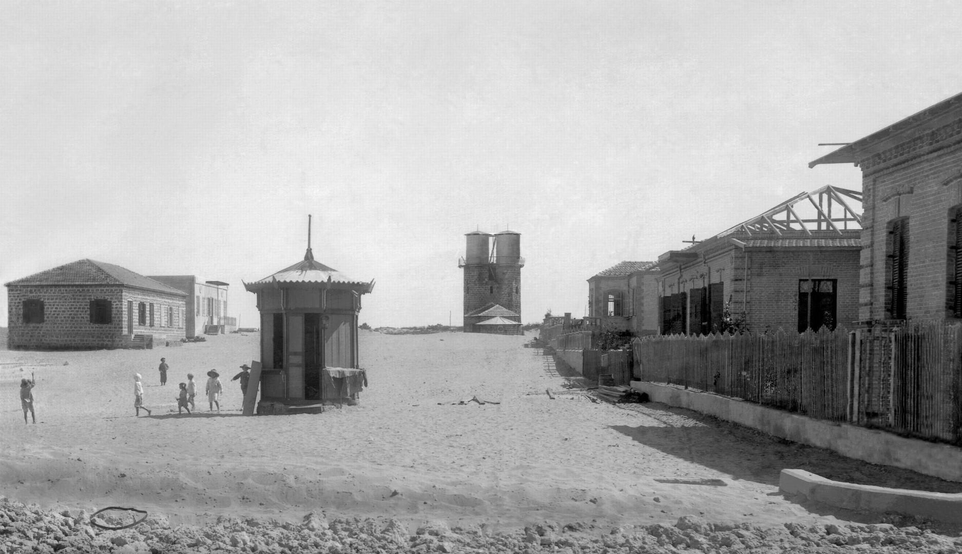 מזהים? זה הקיוסק הראשון בתל אביב, ברוטשילד (צילום: אברהם סוסקין, מוזיאון ארץ ישראל, אוסף סוסקין)