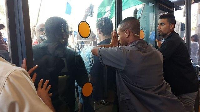 הגמלאים חוסמים את הכניסה (צילום: ענבר טויזר)