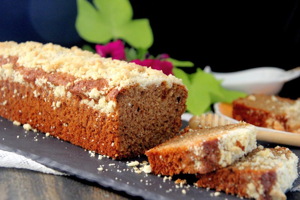 עוגת דבש ושקדים בציפוי שטרויזל (צילום: דפנה אוסטר מיכאל)