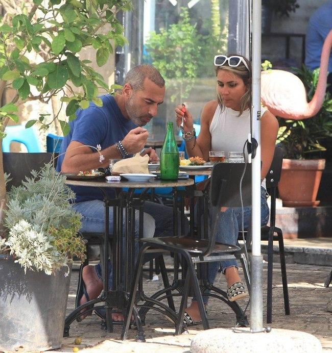 """""""בוא נאכל כאילו לא צופים בנו"""" (צילום: מוטי לבטון)"""