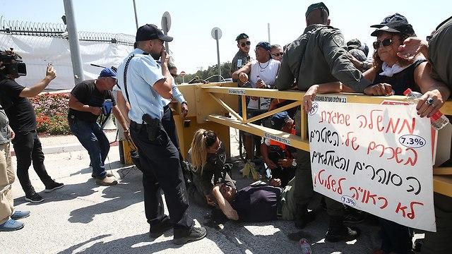 ההפגנה מחוץ למשרד ראש הממשלה בירושלים (צילום: אוהד צויגנברג)
