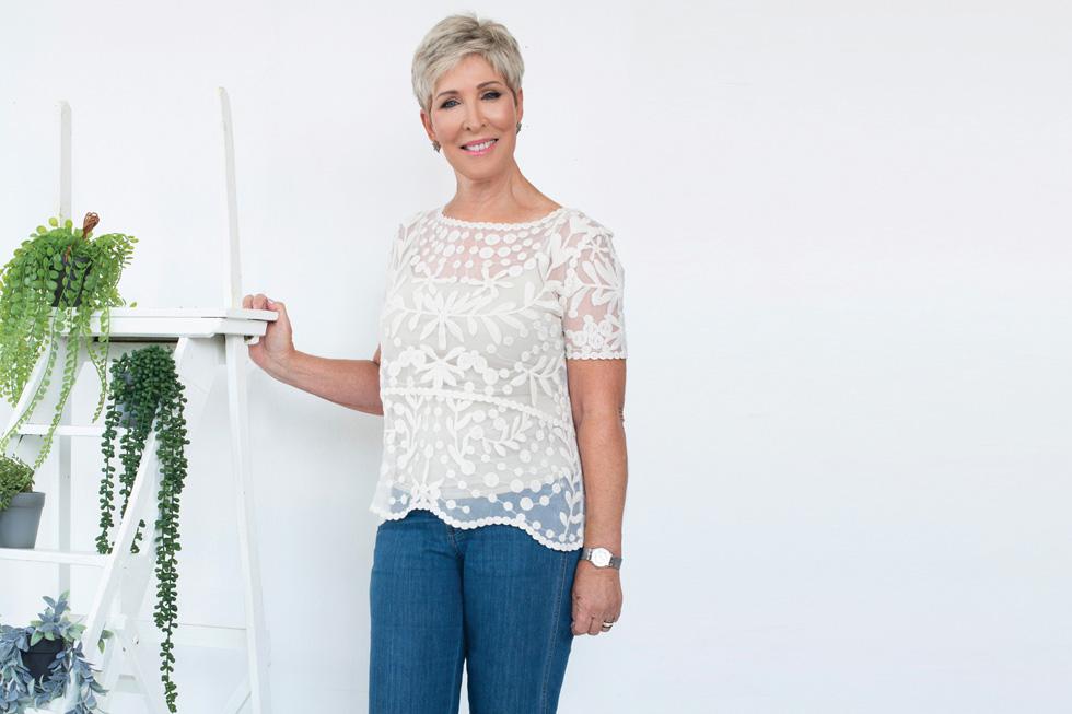 עם ג'ינס: הבחירה המועדפת על דליה: חגיגי, אבל לא רציני מדי (צילום: עדו לביא, סטיילינג: תמי ארד־ברקאי)