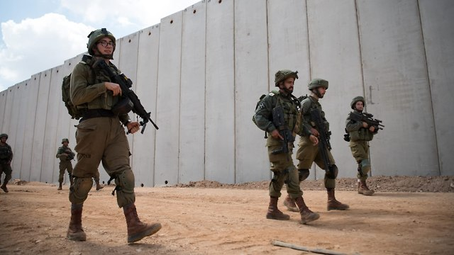 IDF soldiers on Israeli side  ( Photo: IDF Spokesperson's Unit )