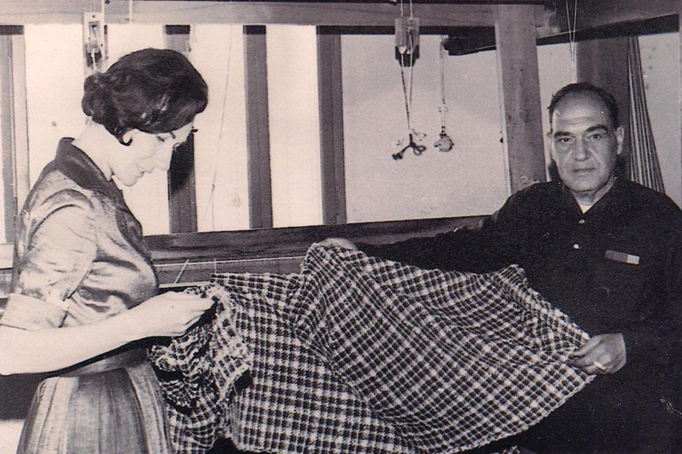 נאורה ורשבסקי בצעירותה, במפעל האריגה של משכית במגדל העמק עם ג'ורג' קאשי (צילום: נאורה ורשבסקי)
