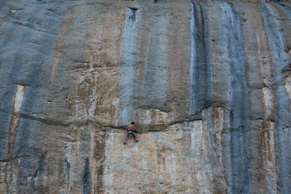 """בדרך למעלה. """"מיציתי את אתרי הטיפוס החוקיים בארץ"""". למטה: קולגות מטפסים בבית אורן (צילום: דניאל רולידר)"""
