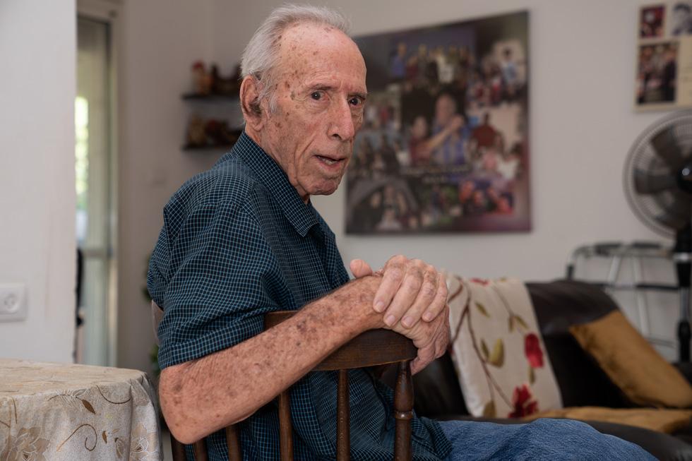 """יענקל'ה ספיר בביתו שבקבוצת כינרת. """"עבדתי ברפת 53 שנים, ואז עגל תפס אותי, שבר לי שלוש צלעות וגמר לי את הקריירה ברפת"""" (צילום: אפי שריר)"""