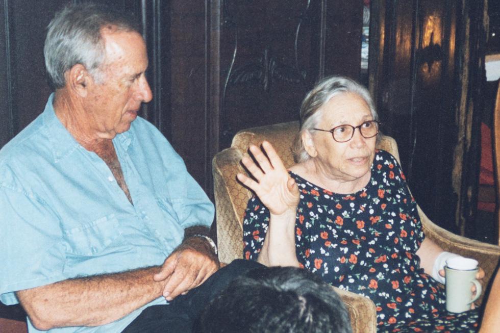 """עם אחותו הבכורה, נעמי שמר ז""""ל. """"היא הייתה ברדקיסטית. גם לצבא היא לא התאימה. היא אפילו ישבה יום אחד בכלא""""  (צילום רפרודקוציה: אפי שריר)"""